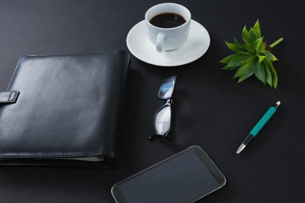 schwarzer kaffee flora stift brille handy
