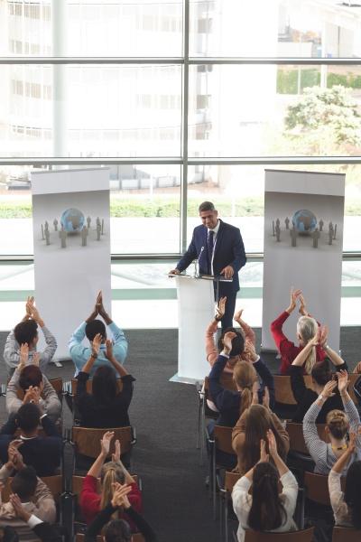geschaeftsleute applaudieren in einem business seminar