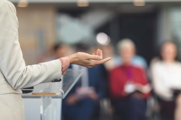 referentin spricht in einem business seminar