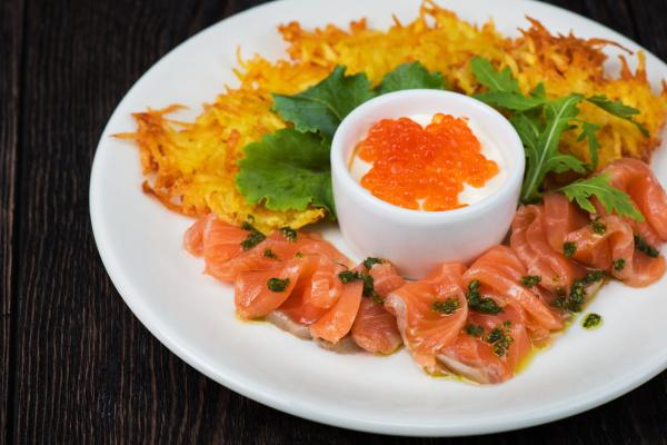 kartoffelpfannkuchen lachsfisch und roter kaviar