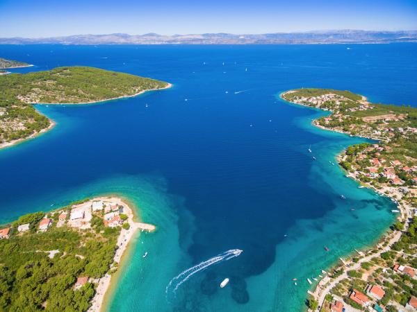 luftaufnahme der inselbuchten von solta kroatien