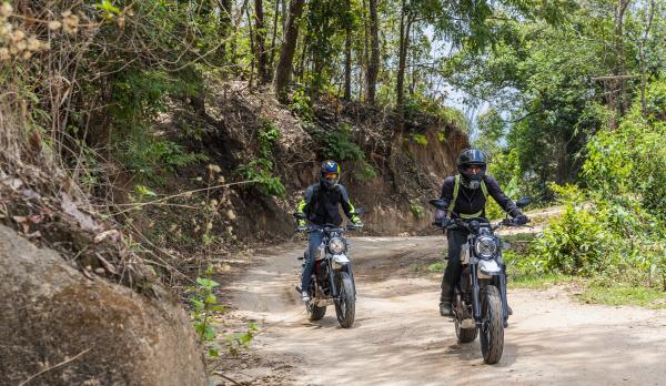 biker fahren off road motorrad auf