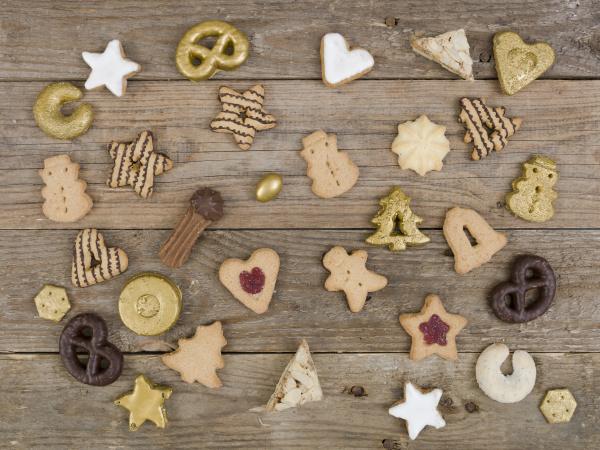 viele verschiedene schoene weihnachtsplaetzchen auf holzhintergrundfoto