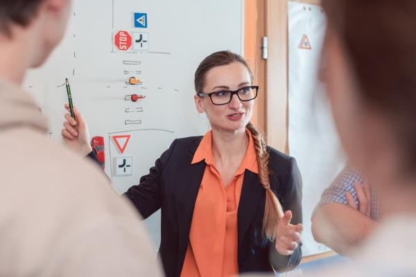 diskussion zwischen verkehrslehrern und schuelern an
