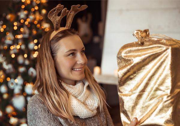 maedchen erhalten weihnachtsgeschenk