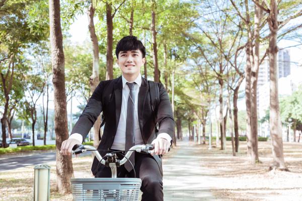 geschaeftsmann faehrt morgens mit dem fahrrad