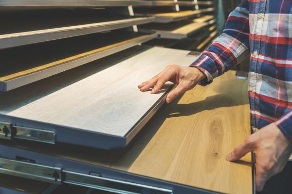 mann waehlt kuechenarbeitsplattenmaterialien im interior design