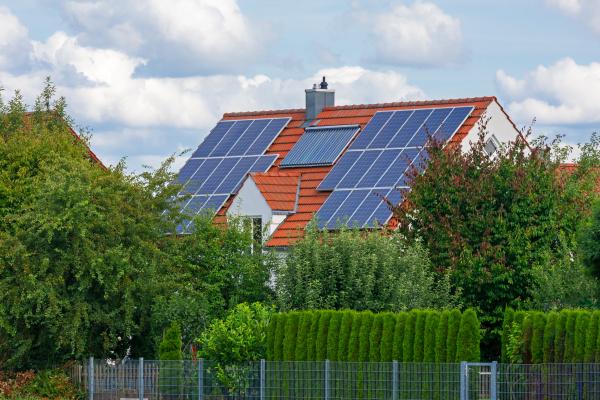 modernes haus mit photovoltaik und