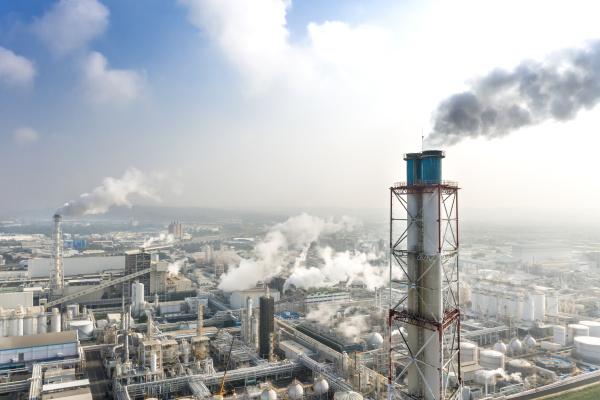 luftaufnahme des industriegebiets mit chemiewerk rauchschornstein