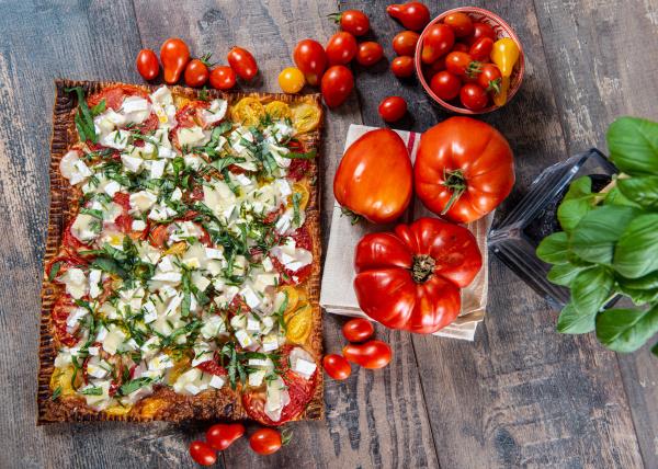 vegetarische hausgemachte pizza mit tomaten und