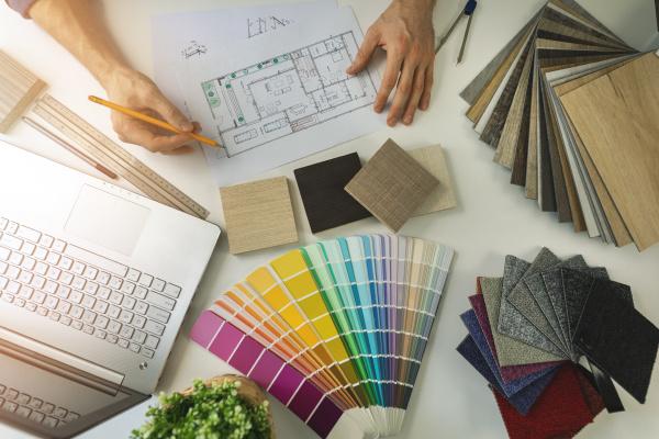 designer im buero arbeiten um moebel