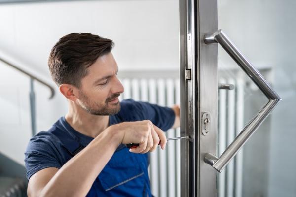 handyman fitting eine neue tuer
