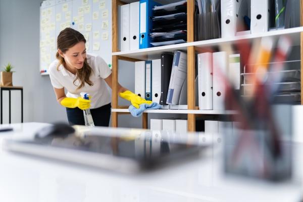 arbeiter reinigungstisch mit rag