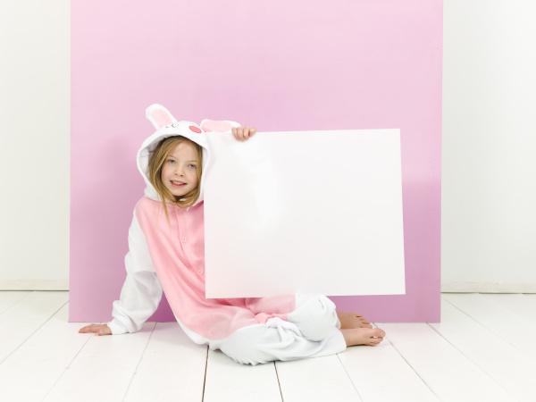 huebsche blonde maedchen mit gemuetlichen kaninchen