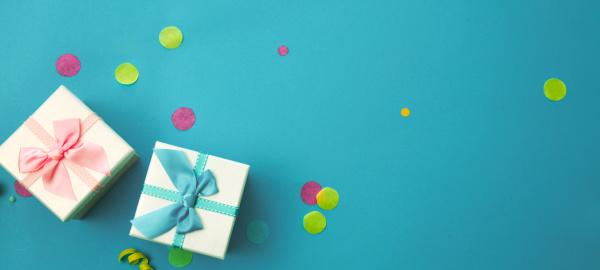 geburtstagskonzept mit geschenk und konfetti