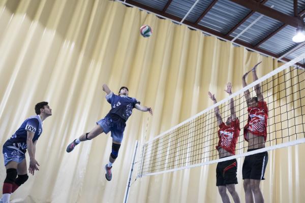 mannspringen waehrend eines volleyballspiels