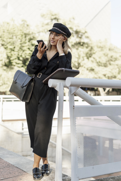junge blonde geschaeftsfrau mit schwarzem hut