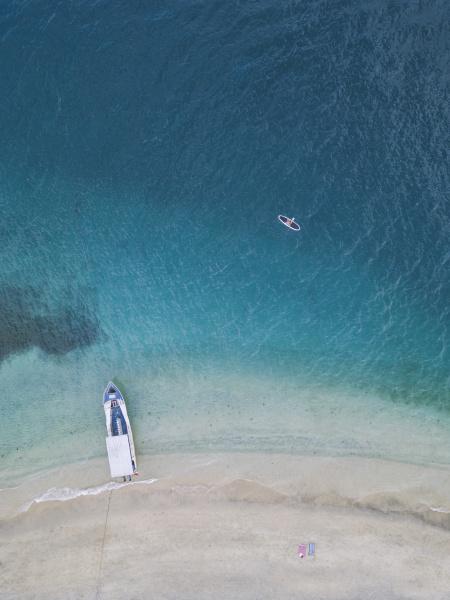 drohnenaufnahme des paddleboards auf gili air