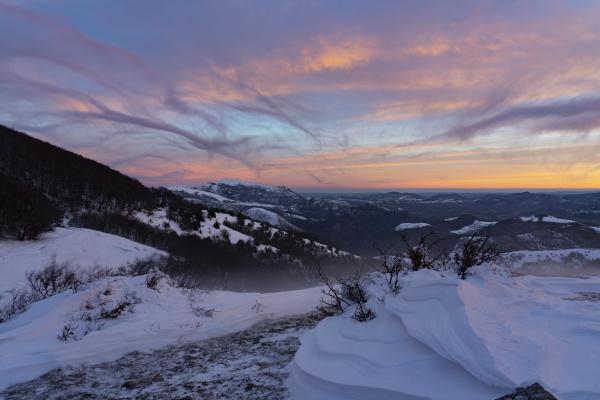 malerische aussicht auf schneebedeckte berge gegen