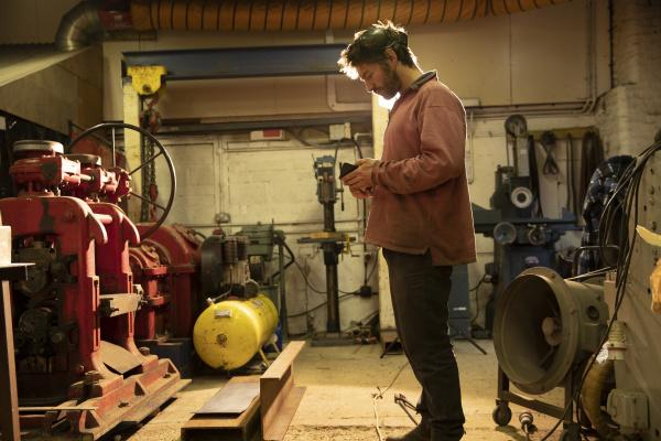 metallarbeiter der in der werkstatt arbeitet