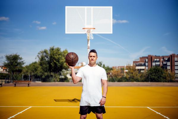 basketballspieler posiert mit dem ball vor