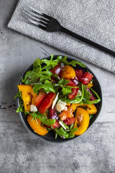 salat mit roten und gelben tomaten