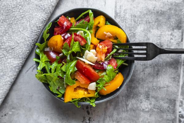 salatschuessel mit roten und gelben tomaten