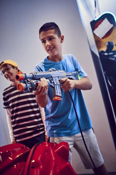 teenager schiesst mit gewehr in einer
