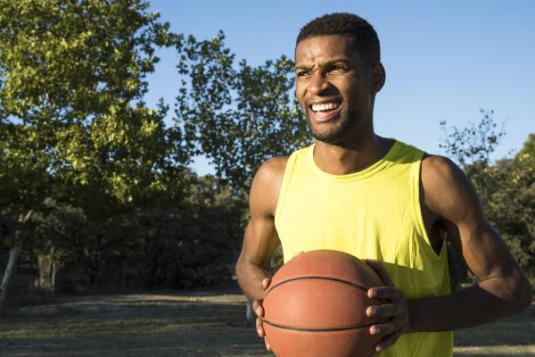 basketballspieler mit basketball