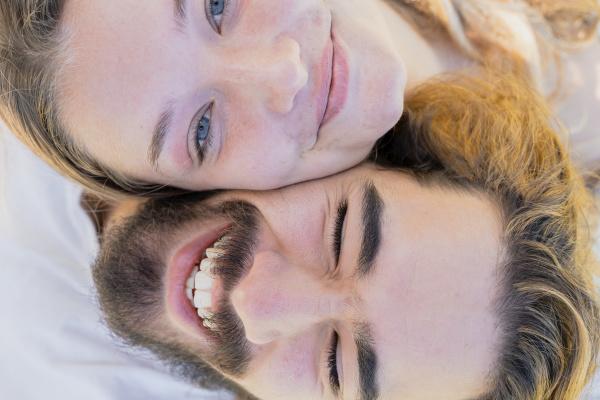 glueckliches junges paar in liebe kopf