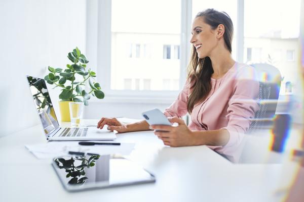 junge geschaeftsfrau arbeitet auf laptop im