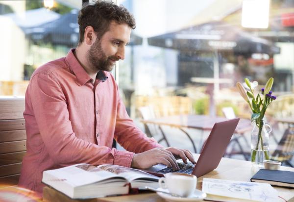junger mann mit laptop in einem