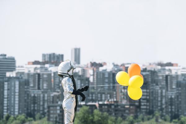junge als astronaut verkleidet der ballons