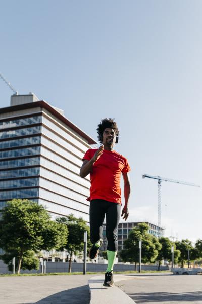 junger mann joggt in der stadt
