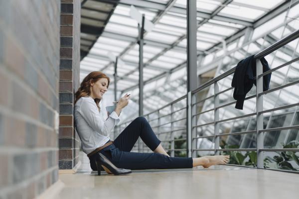 geschäftsfrau, sitzt, im, büro, auf, dem - 28048140