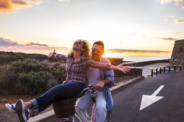 laechelndes paar auf dem fahrrad teneriffa