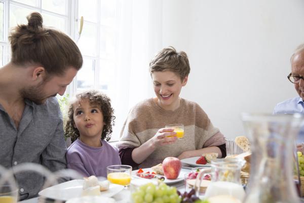 grossfamilie beim mittagessen zu hause