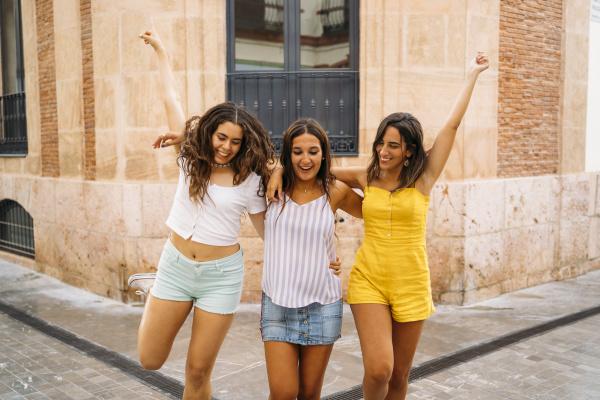 drei unbeschwerte freundinnen in der stadt