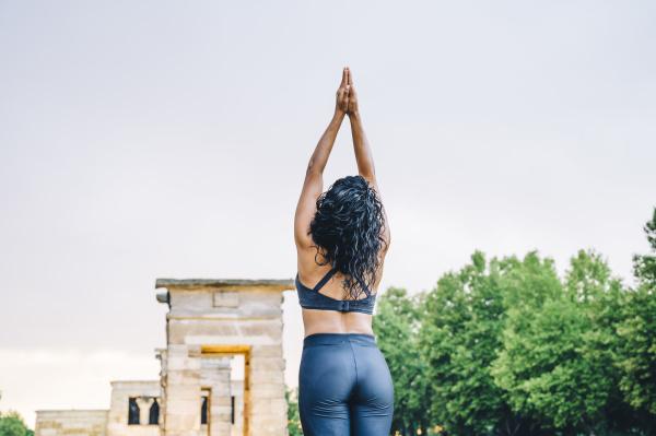 frau die yoga im regen praktiziert
