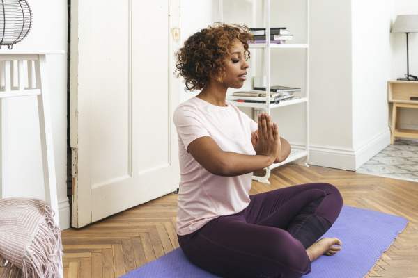 junge frau die zu hause yoga