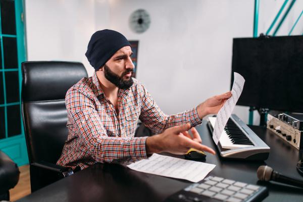audio engineering mann arbeiten mit musiktastatur