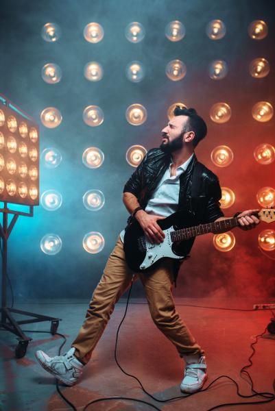 maennlicher sologitarrist mit elektrogitarre