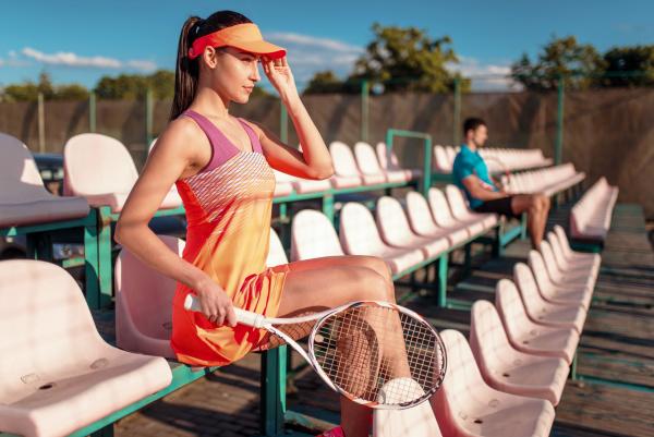 mann und frau spielen tennis unter