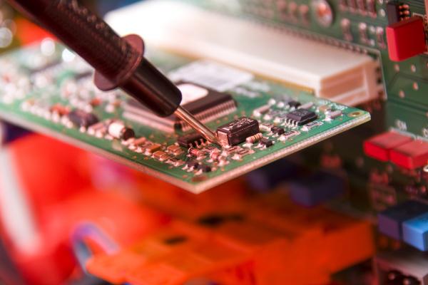 elektronik ingenieur bei der arbeit