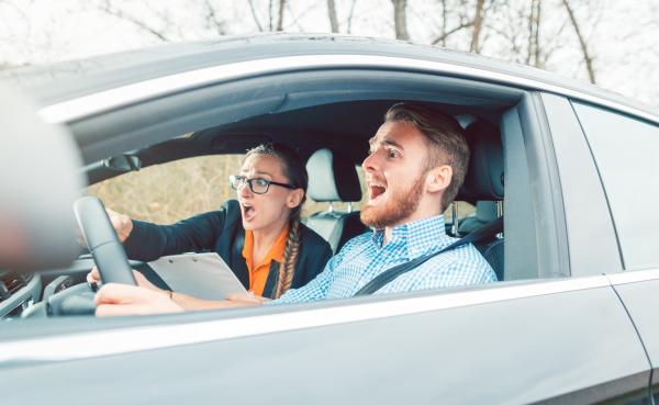 gefaehrliche situation im auto waehrend fahrunterricht