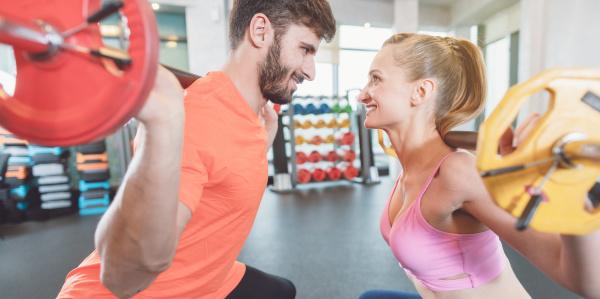 paar frau und mann im fitnessstudio