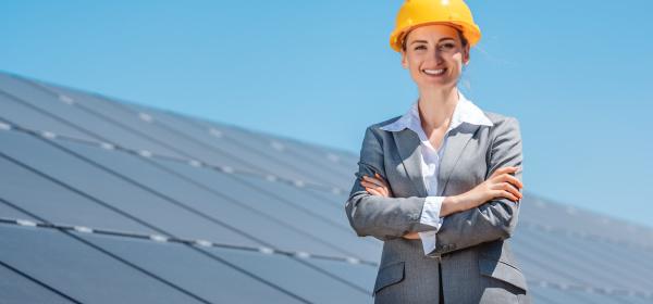 frau investorin fuer saubere energie steht