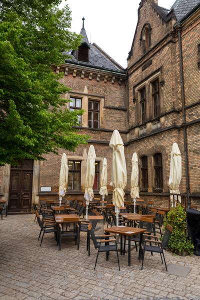 strassencafe in alter europaeischer stadt niemand