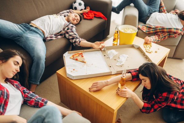 fussballfans schlafen nach alkoholparty zu hause