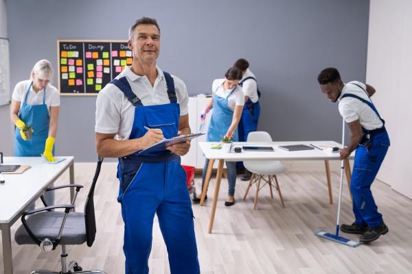 janitor mit seinem team im buero